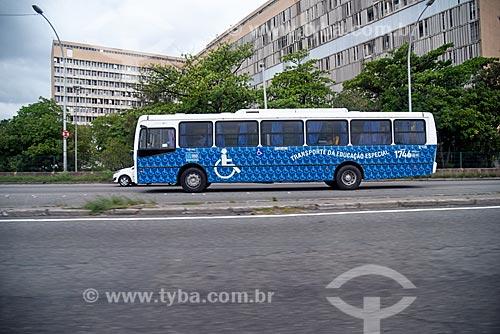 Ônibus escolar adaptado na Linha Vermelha com o Hospital Universitário Clementino Fraga Filho ao fundo  - Rio de Janeiro - Rio de Janeiro (RJ) - Brasil