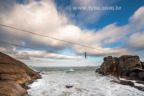 Praticante de slackline na formação rochosa conhecida como Castelinho do Leblon próximo ao Mirante do Leblon  - Rio de Janeiro - Rio de Janeiro (RJ) - Brasil
