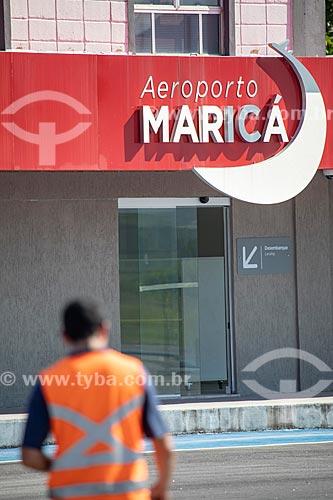 Funcionário da Prefeitura de Maricá durante obra na pista do Aeroporto Laélio Baptista - mais conhecido como Aeroporto de Maricá  - Maricá - Rio de Janeiro (RJ) - Brasil