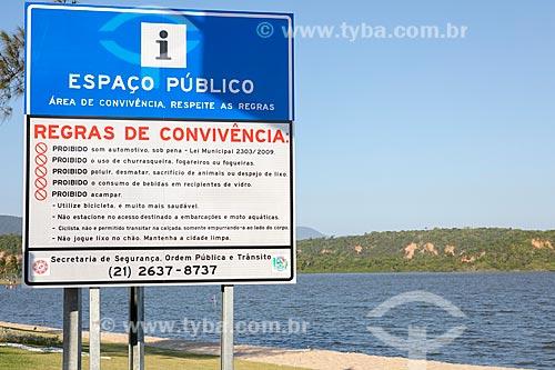 Placa de sinalização com regras de convivências na Orla Zé Garoto (2018) na Lagoa da Barra de Maricá - também conhecida como Lagoa do Boqueirão  - Maricá - Rio de Janeiro (RJ) - Brasil