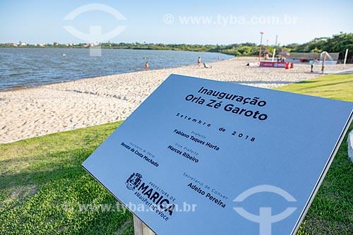 Placa comemorativa na Orla Zé Garoto (2018) na Lagoa da Barra de Maricá - também conhecida como Lagoa do Boqueirão  - Maricá - Rio de Janeiro (RJ) - Brasil