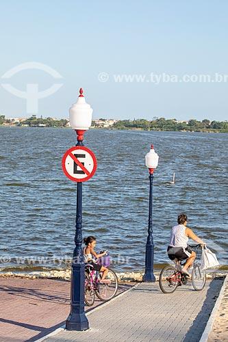 Mãe e filha andando de bicicleta na rampa de acesso na Orla Zé Garoto (2018) na Lagoa da Barra de Maricá - também conhecida como Lagoa do Boqueirão  - Maricá - Rio de Janeiro (RJ) - Brasil