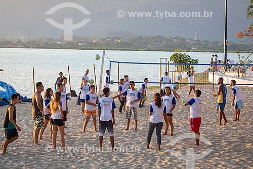 Jovens do Programa Esporte Presente da Secretaria de Esporte e Lazer da Prefeitura de Maricá jogando vôlei de praia na orla da Lagoa de Araçatiba  - Maricá - Rio de Janeiro (RJ) - Brasil