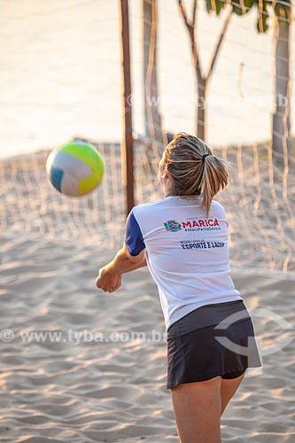 Detalhe de jovem do Programa Esporte Presente da Secretaria de Esporte e Lazer da Prefeitura de Maricá jogando vôlei de praia na orla da Lagoa de Araçatiba  - Maricá - Rio de Janeiro (RJ) - Brasil