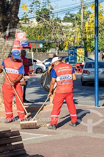 Gari limpando a Praça Conselheiro Macedo Soares  - Maricá - Rio de Janeiro (RJ) - Brasil