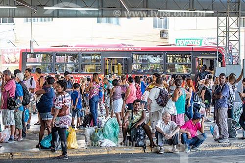 Passageiros no Rodoviária do Povo de Maricá - antigo Terminal Rodoviário Jacinto Luis Caetano - com o ônibus da Empresa Pública de Transporte da Prefeitura de Maricá ao fundo  - Maricá - Rio de Janeiro (RJ) - Brasil