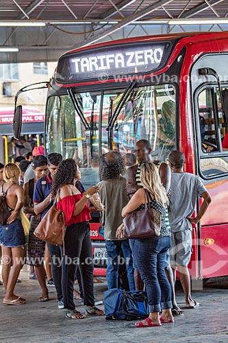 Fila de passageiros no Rodoviária do Povo de Maricá com o ônibus da Empresa Pública de Transporte da Prefeitura de Maricá com o letreiro eletrônico com os dizeres: tarifa zero  - Maricá - Rio de Janeiro (RJ) - Brasil