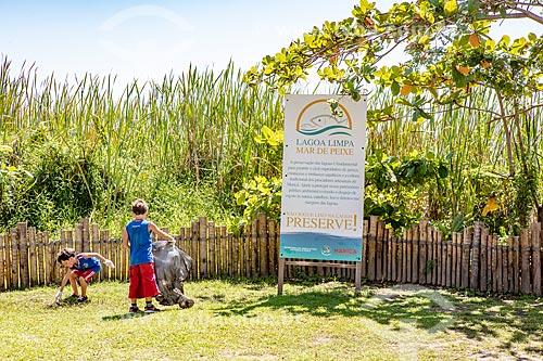 Crianças recolhendo folhas e lixo no entorno da Lagoa de Araçatiba no Projeto Lagoa Limpa, Mar de Peixes da Secretaria de Agricultura, Pecuária e Pesca da Prefeitura de Maricá  - Maricá - Rio de Janeiro (RJ) - Brasil
