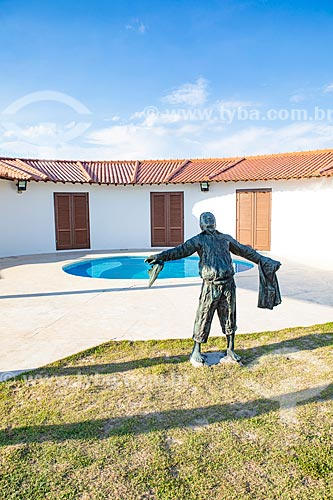 Estátua no pátio da Casa Darcy Ribeiro - projetada por Oscar Niemeyer  - Maricá - Rio de Janeiro (RJ) - Brasil