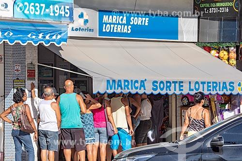 Fila de apostadores em frente à casa lotérica  - Maricá - Rio de Janeiro (RJ) - Brasil