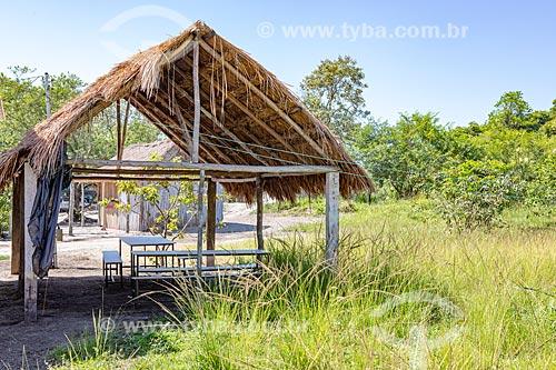 Construção em madeira com cobertura de sapé na Aldeia Mata Verde Bonita (Tekoa Ka Aguy Ovy Porã) da Tribo Guarani  - Maricá - Rio de Janeiro (RJ) - Brasil