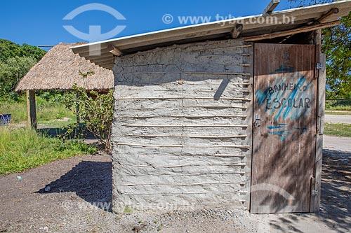 Banheiro da Escola Municipal Indígena Bilíngue Guarani Para Poty Nhe Já (Português - Guarani) feito de pau-a-pique na Aldeia Mata Verde Bonita (Tekoa Ka Aguy Ovy Porã) da Tribo Guarani  - Maricá - Rio de Janeiro (RJ) - Brasil