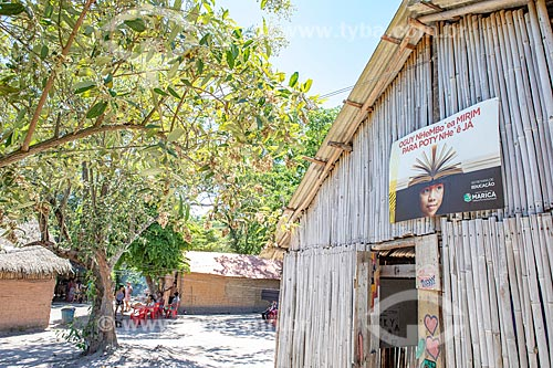 Fachada da Escola Municipal Indígena Bilíngue Guarani Para Poty Nhe Já (Português - Guarani) na Aldeia Mata Verde Bonita (Tekoa Ka Aguy Ovy Porã) da Tribo Guarani  - Maricá - Rio de Janeiro (RJ) - Brasil