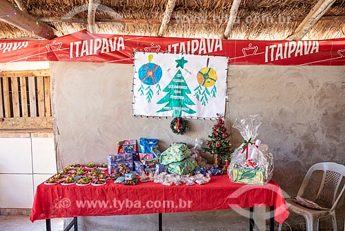 Mesa com os presentes de Natal na festa de encerramento do ano letivo na Escola Municipal Indígena Bilíngue Guarani Para Poty Nhe Já (Português - Guarani) na Aldeia Mata Verde Bonita (Tekoa Ka Aguy Ovy Porã) da Tribo Guarani  - Maricá - Rio de Janeiro (RJ) - Brasil