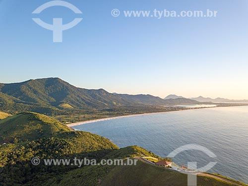 Foto feita com drone da Praia de Jaconé com a Lagoa de Jaconé ao fundo  - Maricá - Rio de Janeiro (RJ) - Brasil