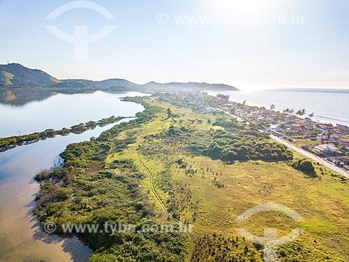 Foto feita com drone da Lagoa de Araçatiba - à esquerda - com a Praia da Barra de Maricá  - Maricá - Rio de Janeiro (RJ) - Brasil