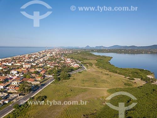 Foto feita com drone de casas entre a Praia da Barra de Maricá e a Lagoa de Araçatiba  - Maricá - Rio de Janeiro (RJ) - Brasil