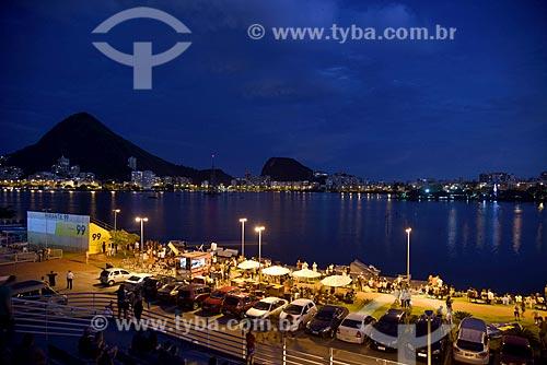 Vista da orla da Lagoa Rodrigo de Freitas durante o anoitecer  - Rio de Janeiro - Rio de Janeiro (RJ) - Brasil