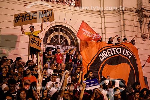 Manifestação a favor de Fernando Haddad - candidato à presidência pelo Partido dos Trabalhadores (PT) - em frente ao Palácio Pedro Ernesto (1923) - sede da Câmara Municipal do Rio de Janeiro  - Rio de Janeiro - Rio de Janeiro (RJ) - Brasil