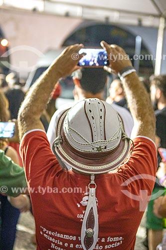 Homem com celular usando chapéu de couro estilo vaqueiro durante o comício Ato da Virada com Fernando Haddad - candidato à presidência pelo Partido dos Trabalhadores (PT)  - Rio de Janeiro - Rio de Janeiro (RJ) - Brasil