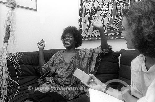 Zezé Motta concedendo entrevista - década de 80  - Rio de Janeiro - Rio de Janeiro (RJ) - Brasil
