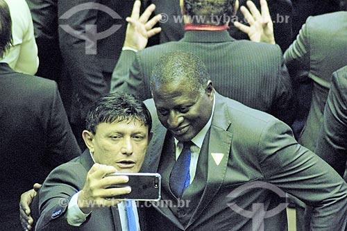 Deputado Federal Éder Mauro fazendo uma selfie com o Deputado Federal Hélio Bolsonaro no plenário da Câmara dos Deputados durante a cerimônia de posse presidencial de Jair Bolsonaro  - Brasília - Distrito Federal (DF) - Brasil