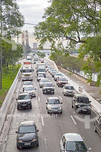 Tráfego na pista sul da Marginal Tietê - Via Professor Simão Faiguenboim - com a Ponte Governador Orestes Quércia (2011) ao fundo  - São Paulo - São Paulo (SP) - Brasil