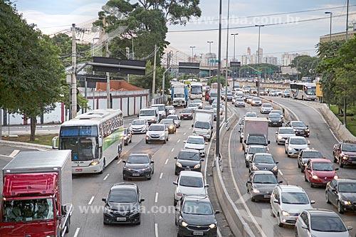 Tráfego na pista sul da Marginal Tietê - Via Professor Simão Faiguenboim  - São Paulo - São Paulo (SP) - Brasil