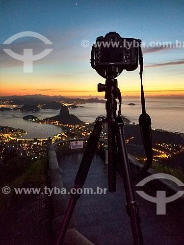 Vista de máquina fotográfica no mirante do Cristo Redentor com o Pão de Açúcar e Enseada de Botafogo ao fundo durante o amanhecer  - Rio de Janeiro - Rio de Janeiro (RJ) - Brasil