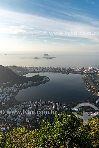 Vista da Lagoa Rodrigo de Freitas com o Monumento Natural das Ilhas Cagarras ao fundo a partir do mirante do Cristo Redentor durante o amanhecer  - Rio de Janeiro - Rio de Janeiro (RJ) - Brasil