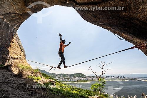 Praticante de slackline na íbis do Pão de Açúcar - cavidade na pedra do Pão de Açúcar que forma a silhueta de um pássaro  - Rio de Janeiro - Rio de Janeiro (RJ) - Brasil