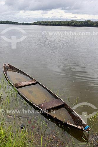 Canoa atracada às margens do Rio Uatumã  - Amazonas (AM) - Brasil
