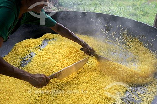 Detalhe de processo artesanal para a produção da farinha de mandioca - torrefação   - Amazonas (AM) - Brasil