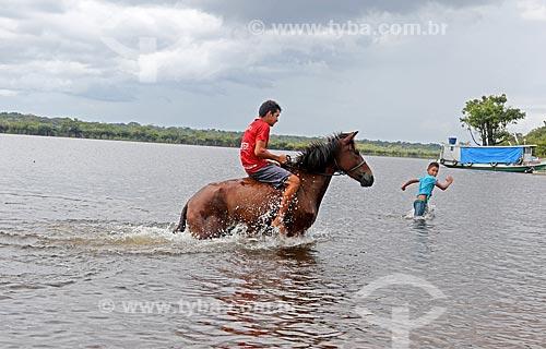 Crianças ribeirinhas brincando no Rio Uatumã  - Amazonas (AM) - Brasil