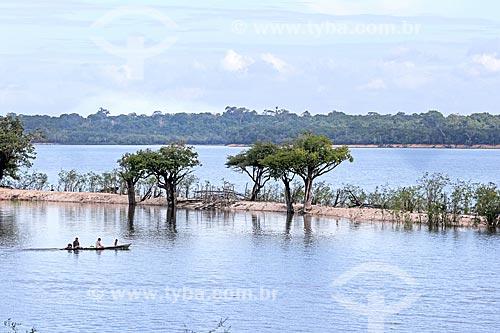 Ribeirinho navegando no Rio Uatumã  - Amazonas (AM) - Brasil