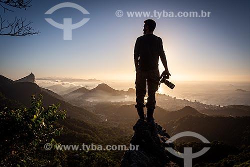 Fotógrafo na Pedra da Proa durante o amanhecer  - Rio de Janeiro - Rio de Janeiro (RJ) - Brasil