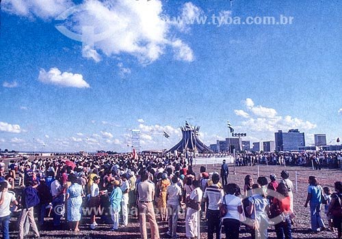 Pessoas durante missa campal na Catedral Metropolitana de Nossa Senhora Aparecida (1970) - também conhecida como Catedral de Brasília  - Brasília - Distrito Federal (DF) - Brasil
