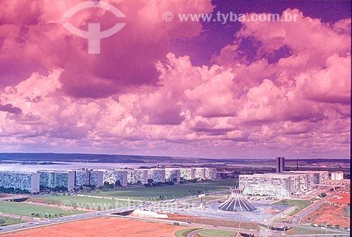 Vista geral da Esplanada dos Ministérios com a Catedral Metropolitana de Nossa Senhora Aparecida (1970) - também conhecida como Catedral de Brasília - durante a construção de Brasília  - Brasília - Distrito Federal (DF) - Brasil