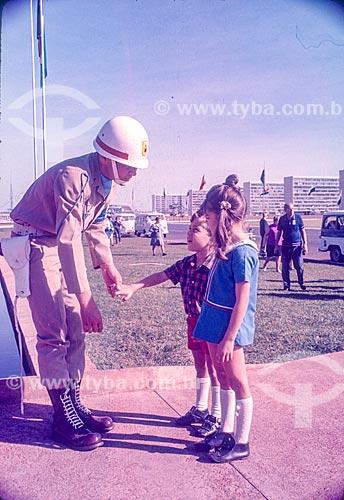 Criança turista conversando com guarda na Esplanada dos Ministérios  - Brasília - Distrito Federal (DF) - Brasil