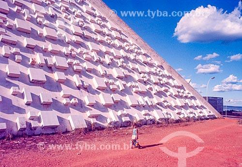Menina caminhando próximo ao Teatro Nacional Cláudio Santoro durante a construção de Brasília  - Brasília - Distrito Federal (DF) - Brasil