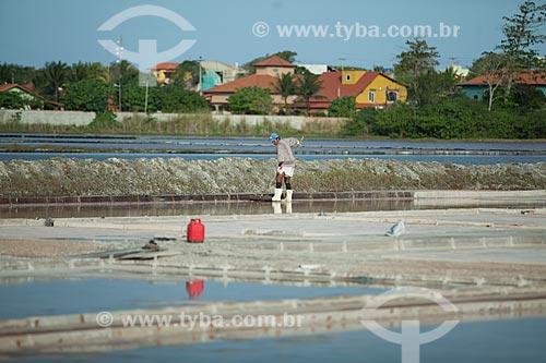 Trabalhador em tanque de evaporação de sal próximas a Araruama  - Araruama - Rio de Janeiro (RJ) - Brasil