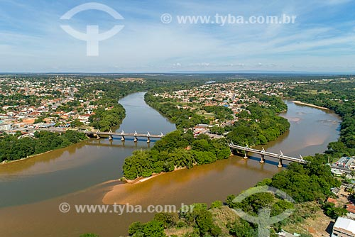 Foto feita com drone da ponte na Rodovia BR-070 com as cidades de Aragarças - à esquerda - Pontal do Araguaia e a Barra do Garças - à direita - divisa natural entre Mato Grosso e Goiás  - Barra do Garças - Mato Grosso (MT) - Brasil