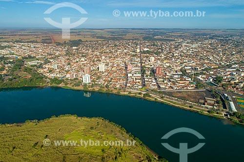 Foto feita com drone da cidade de Itumbiara com o Rio Paranaíba - divisa natural entre Goiás e Minas Gerais  - Itumbiara - Goiás (GO) - Brasil