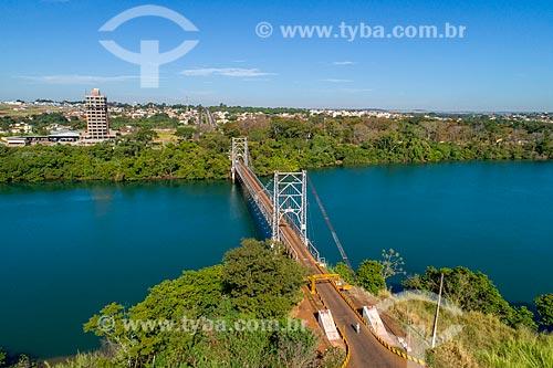 Foto feita com drone da Ponte Pênsil Affonso Penna (1909) sobre o Rio Paranaíba - divisa natural entre Goiás e Minas Gerais - com a cidade de Itumbiara ao fundo  - Araporã - Minas Gerais (MG) - Brasil