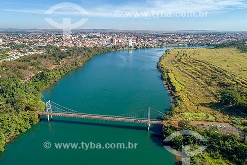 Foto feita com drone da Ponte Pênsil Affonso Penna (1909) sobre o Rio Paranaíba com a cidade de Itumbiara - à esquerda - e a cidade de Araporã - à direita - divisa natural entre Goiás e Minas Gerais  - Itumbiara - Goiás (GO) - Brasil