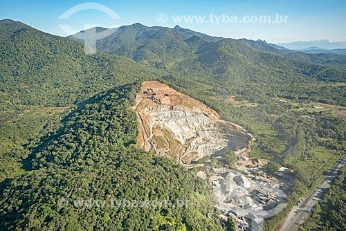 Foto aérea da fábrica de cimento Concreto Ecomix próximo ao Parque Nacional de Saint-Hilaire/Lange  - Matinhos - Paraná (PR) - Brasil