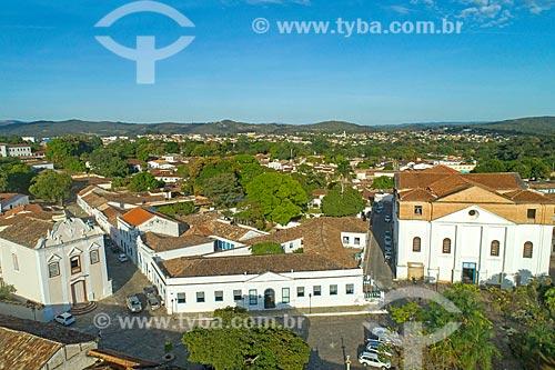 Foto feita com drone da Igreja de Nossa Senhora da Boa Morte (1779) - à esquerda - com o Palácio Conde dos Arcos e a Igreja Matriz de Santana (1743)  - Goiás - Goiás (GO) - Brasil