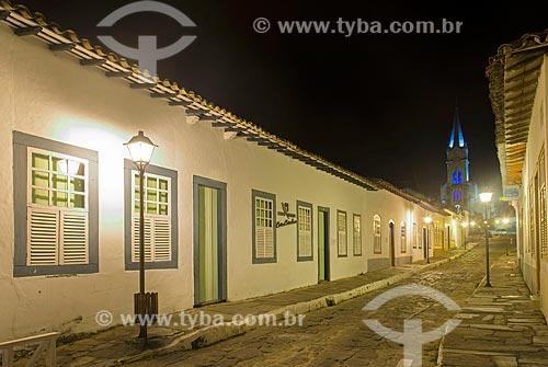 Fachada do Museu Casa de Cora Coralina - casa em que a escritora Cora Coralina viveu - com a Igreja de Nossa Senhora do Rosário dos Pretos (1930) ao fundo  - Goiás - Goiás (GO) - Brasil
