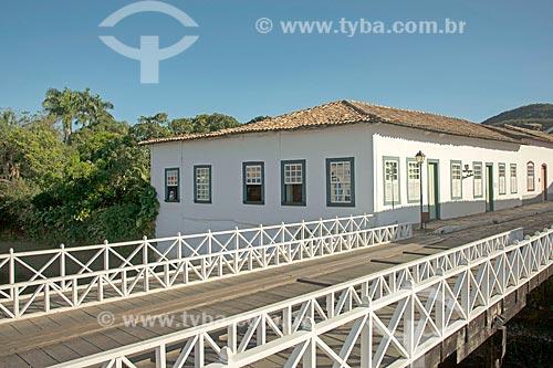 Ponte sobre o Rio Vermelho com o Museu Casa de Cora Coralina - casa em que a escritora Cora Coralina viveu - ao fundo  - Goiás - Goiás (GO) - Brasil