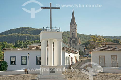 Cruz do Anhanguera - marco inicial da entrada dos Bandeirantes em território goiano - com o Museu Casa de Cora Coralina - casa em que a escritora Cora Coralina viveu - e Igreja de Nossa Senhora da Boa Morte (1779) ao fundo  - Goiás - Goiás (GO) - Brasil